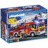 Brandweer ladderwagen met zwaailicht